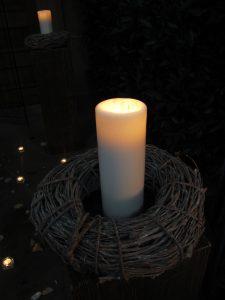 An der Kerze werden die Ritual-Kerzen entzündet