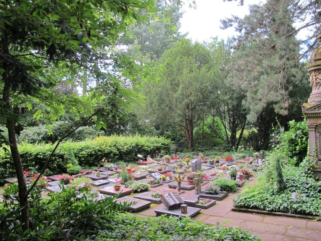 Grabfeld mit Urnengräbern auf dem Hauptfriedhof Landau
