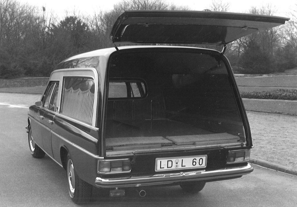 Historisches Fahrzeug unseres Fuhrparks mit Ausbau zum Bestattungskraftwagen