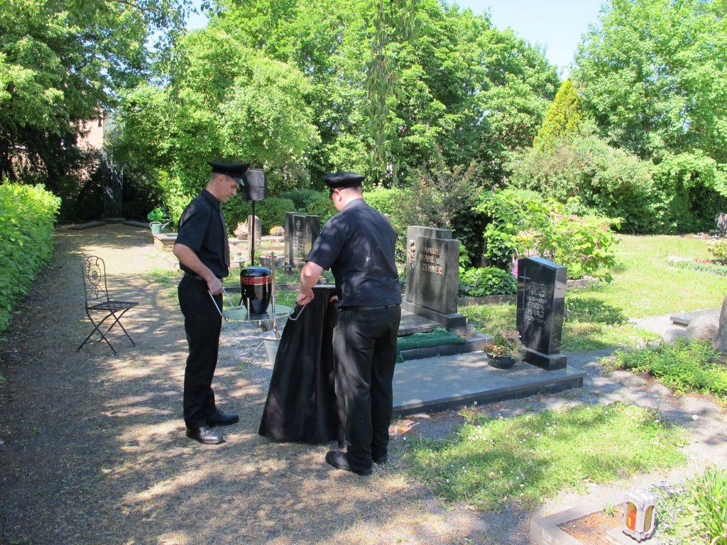 Beisetzung am Grab