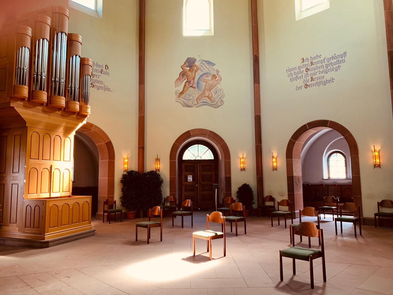 Trauerhalle auf dem Hauptfriedhof Landau - die Stühle sind reduziert und mit Sicherheitsabstand aufgestellt